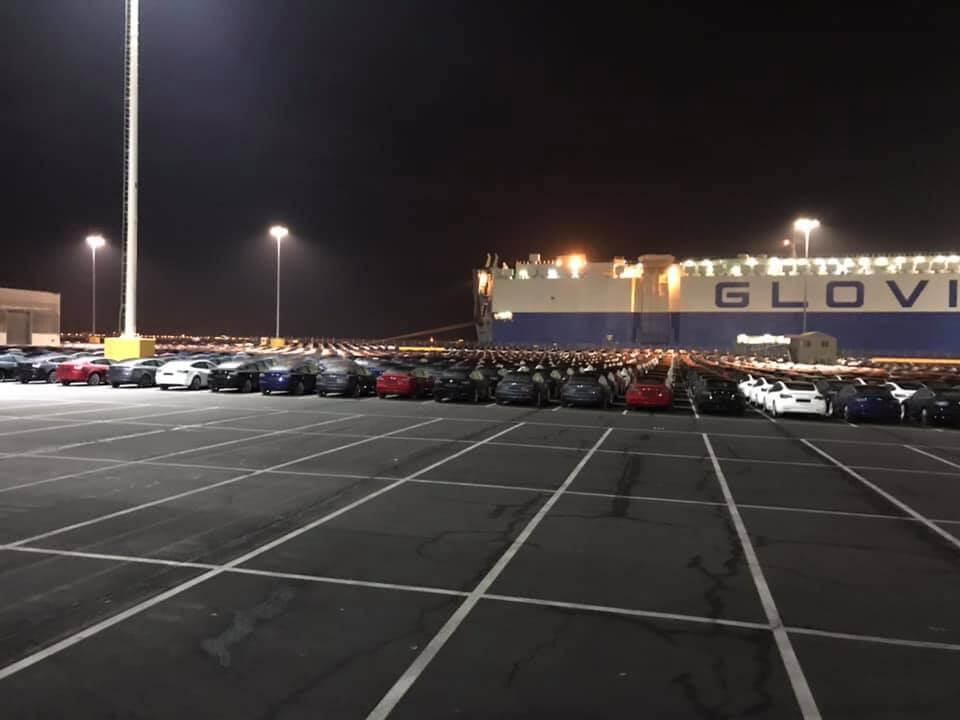 Электромобили Tesla Model 3на стоянке впорту Сан-Франциско