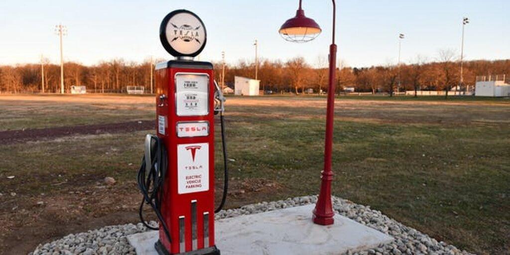 Ретро заправочная станция Tesla в США