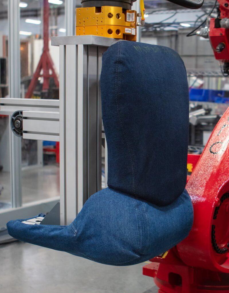 Впроизводстве Tesla Model 3задействован «робот всиних джинсах»