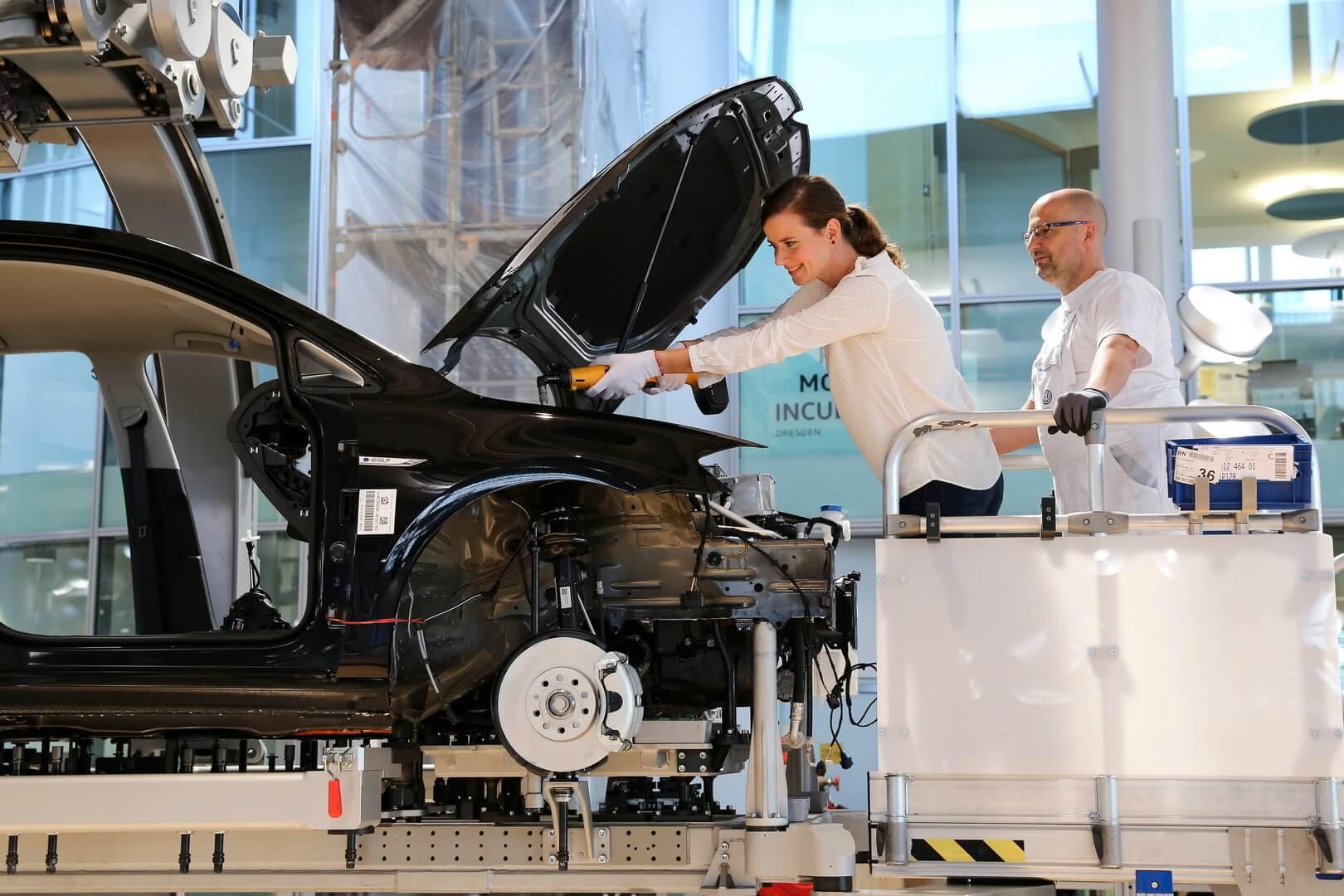Volkswagen позволит клиентам участвовать впроцессе сборки купленного ими электромобиля e-Golf назаводе вДрездене