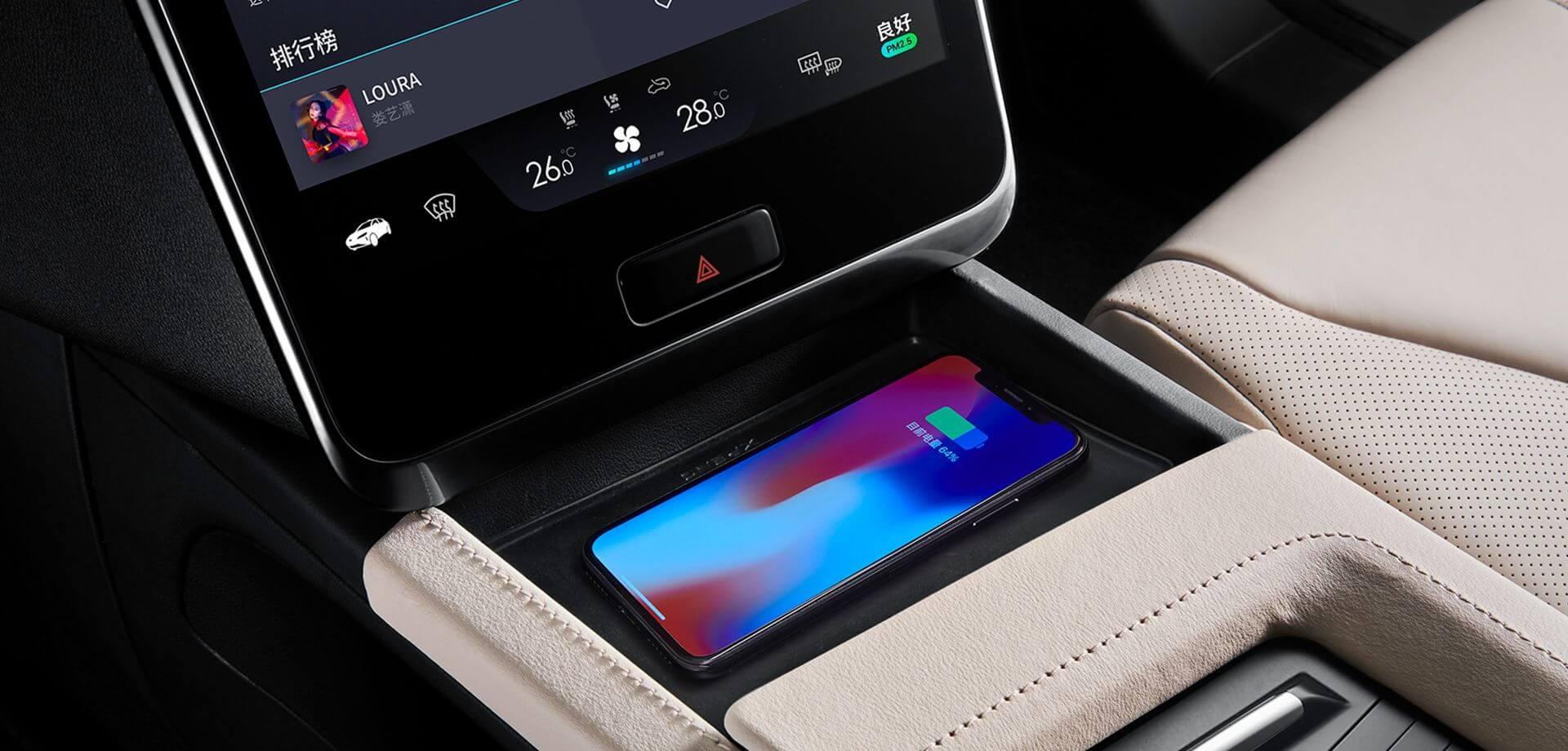 Зарядка смартфона в Xpeng G3