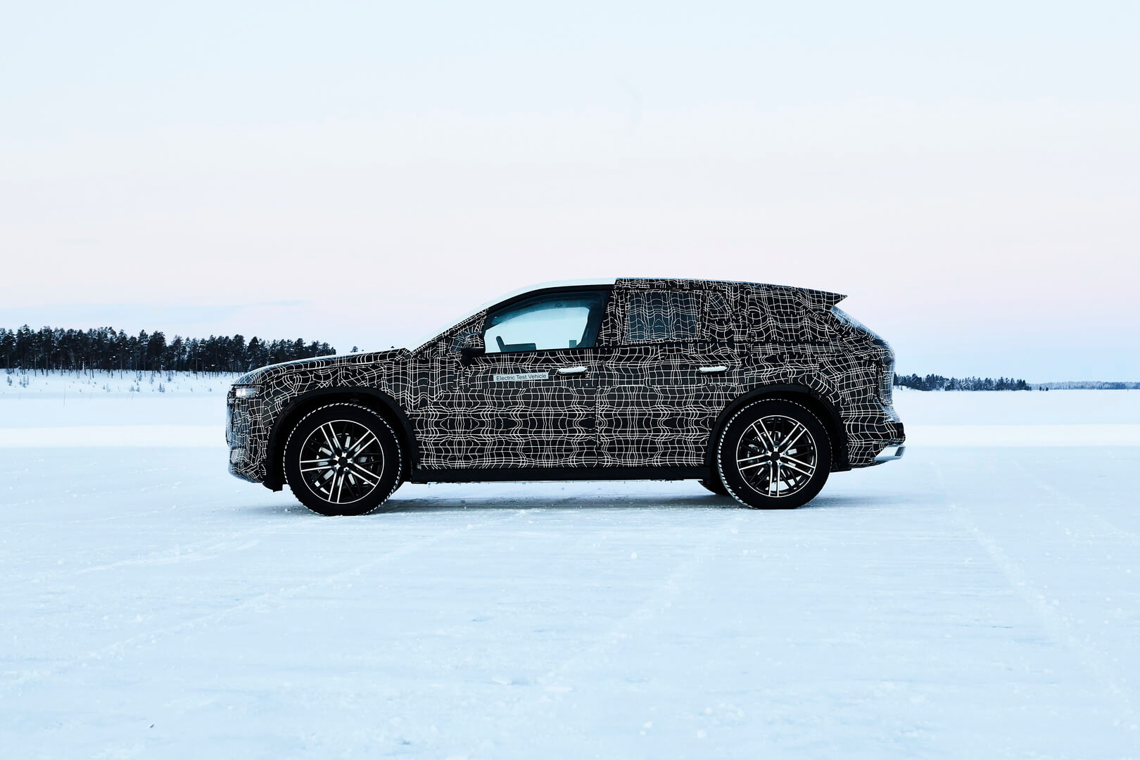 Электрокроссовер BMW iNEXT проходит зимние испытания в Швеции