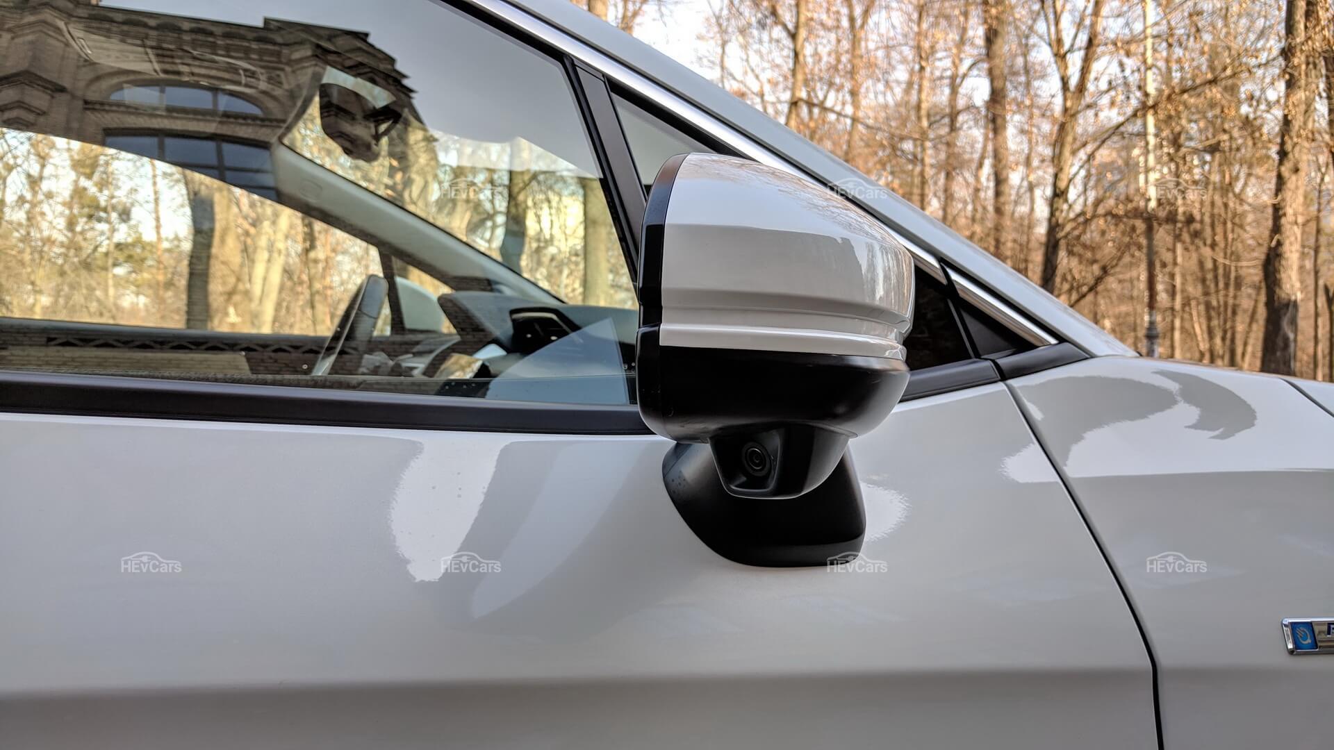 Honda Clarity Plug-in Hybrid использует камеру, расположенную под правым наружным зеркалом, для отображения проезжей части на сенсорном экране