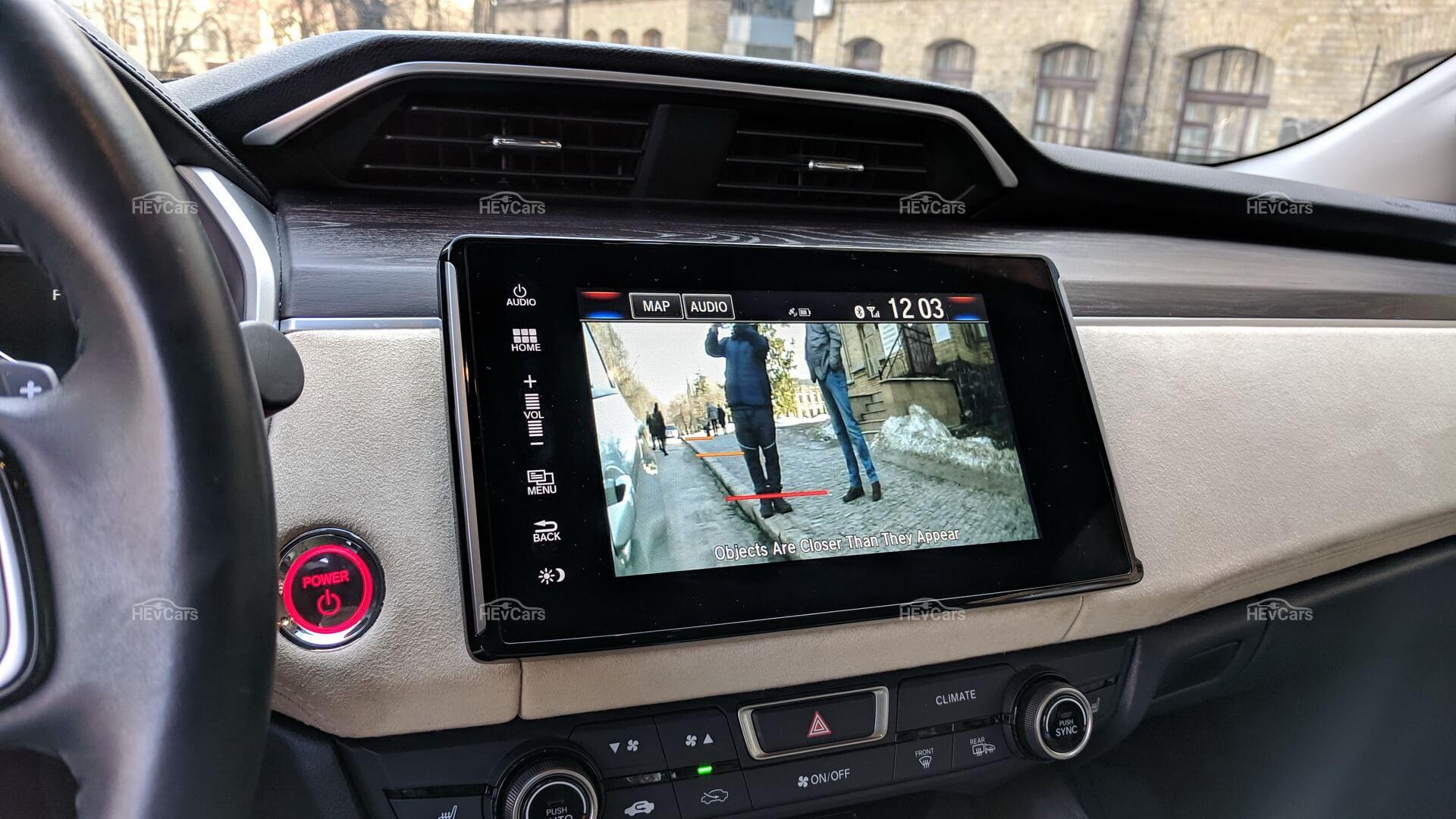 Honda Clarity Plug-in Hybrid использует камеру для отображения проезжей части на сенсорном экране