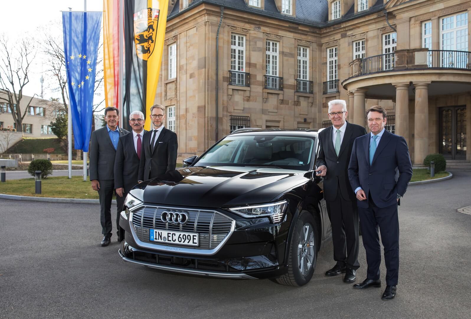 Генеральный директор Audi Брэм Шот вручил ключи отэлектрокросовера Винфриду Кречманну