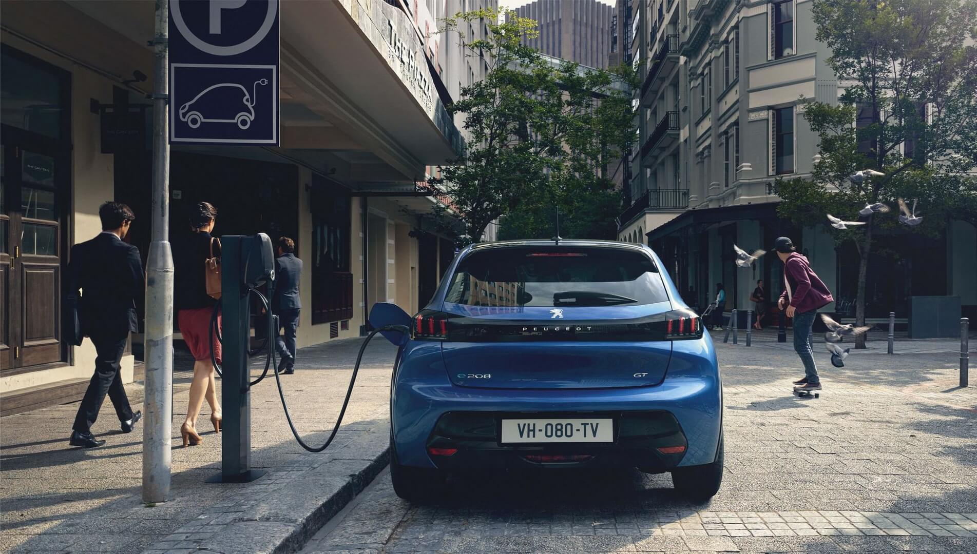 Электромобиль Peugeot e-208 на зарядке