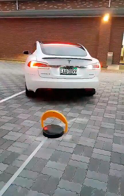 Устройство блокировки места на зарядных станциях Tesla
