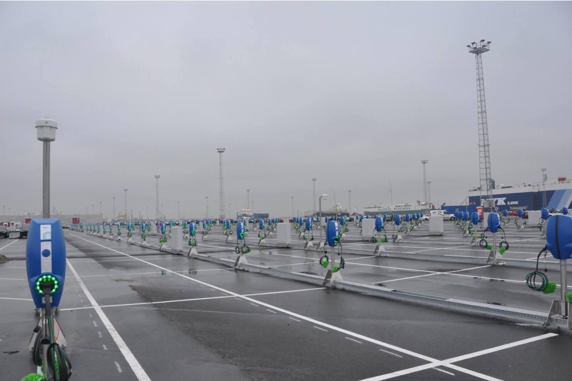 Стоянка для Model 3 в бельгийском порту Зебрюгге