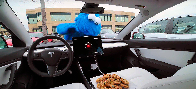 Tesla наняла Cookie Monster показать как работает «режим часового»