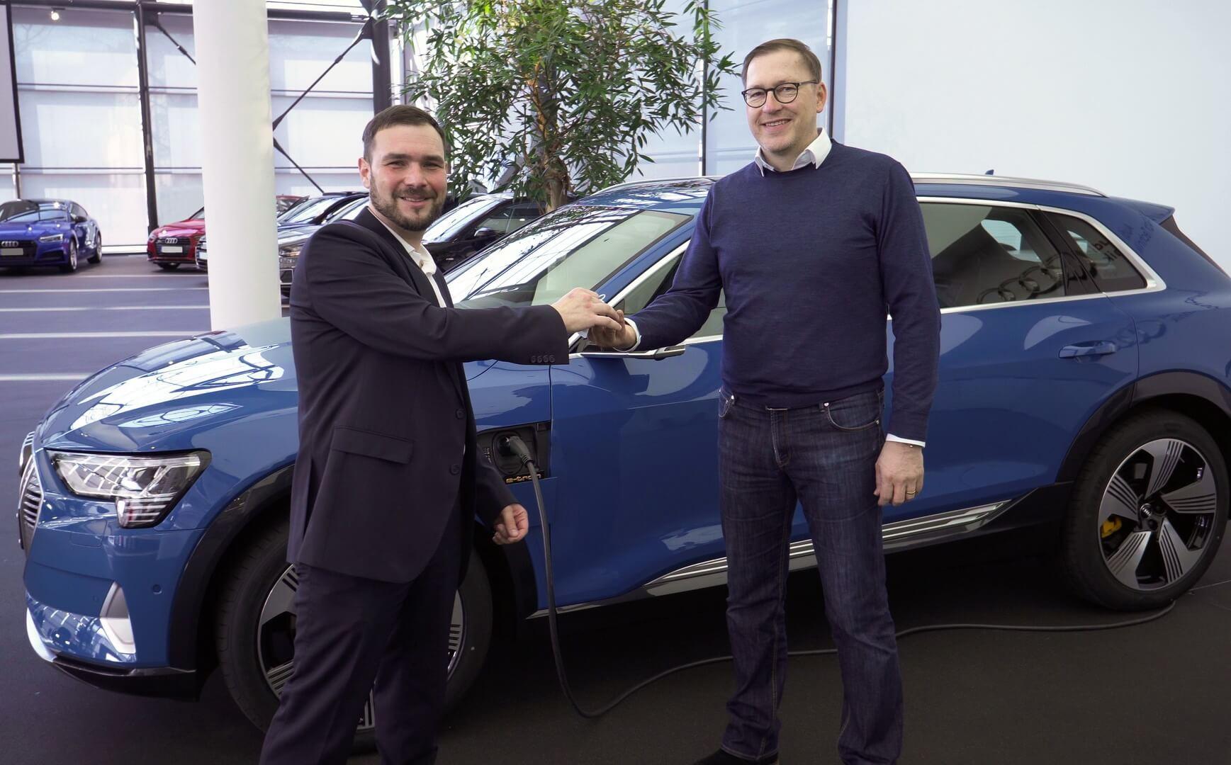 Первый клиент недавно получивший свой электромобиль
