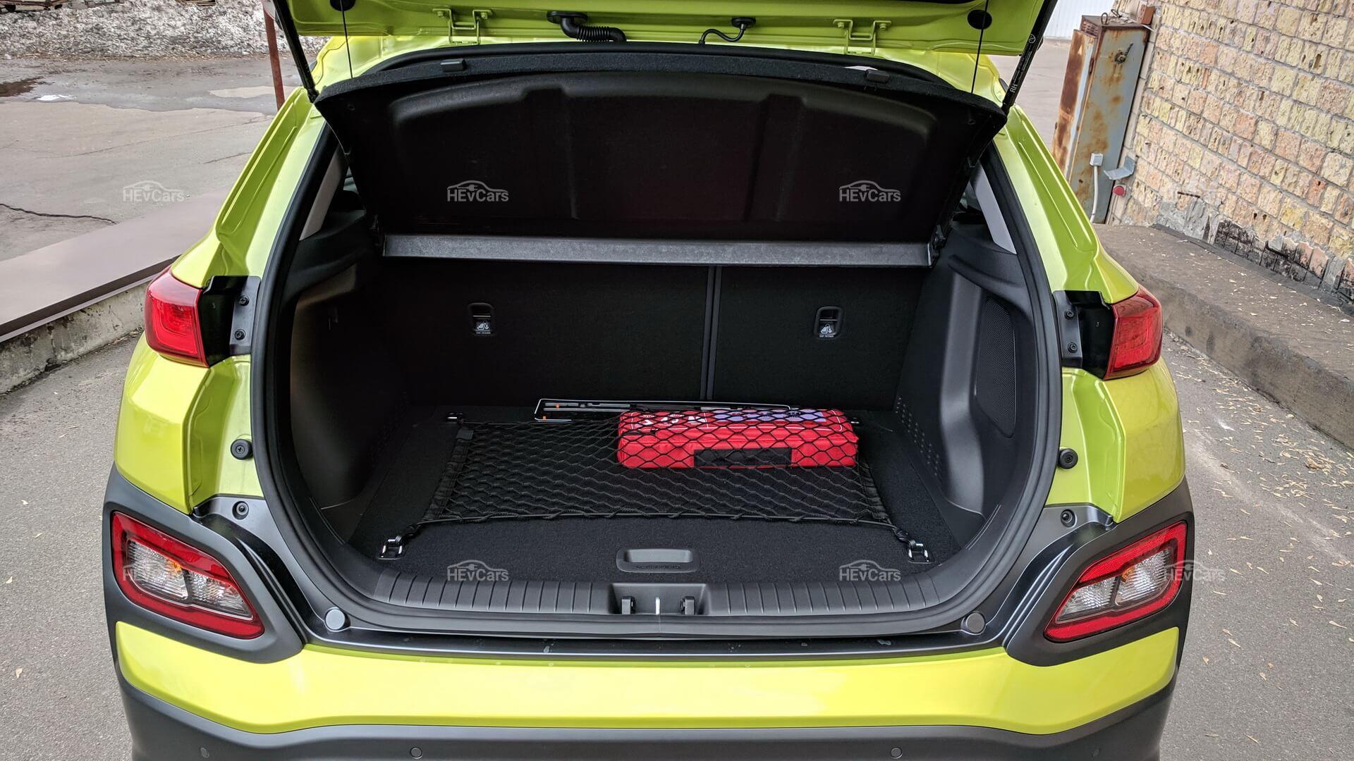 Багажное отделение, которое имеет нишу для зарядных кабелей