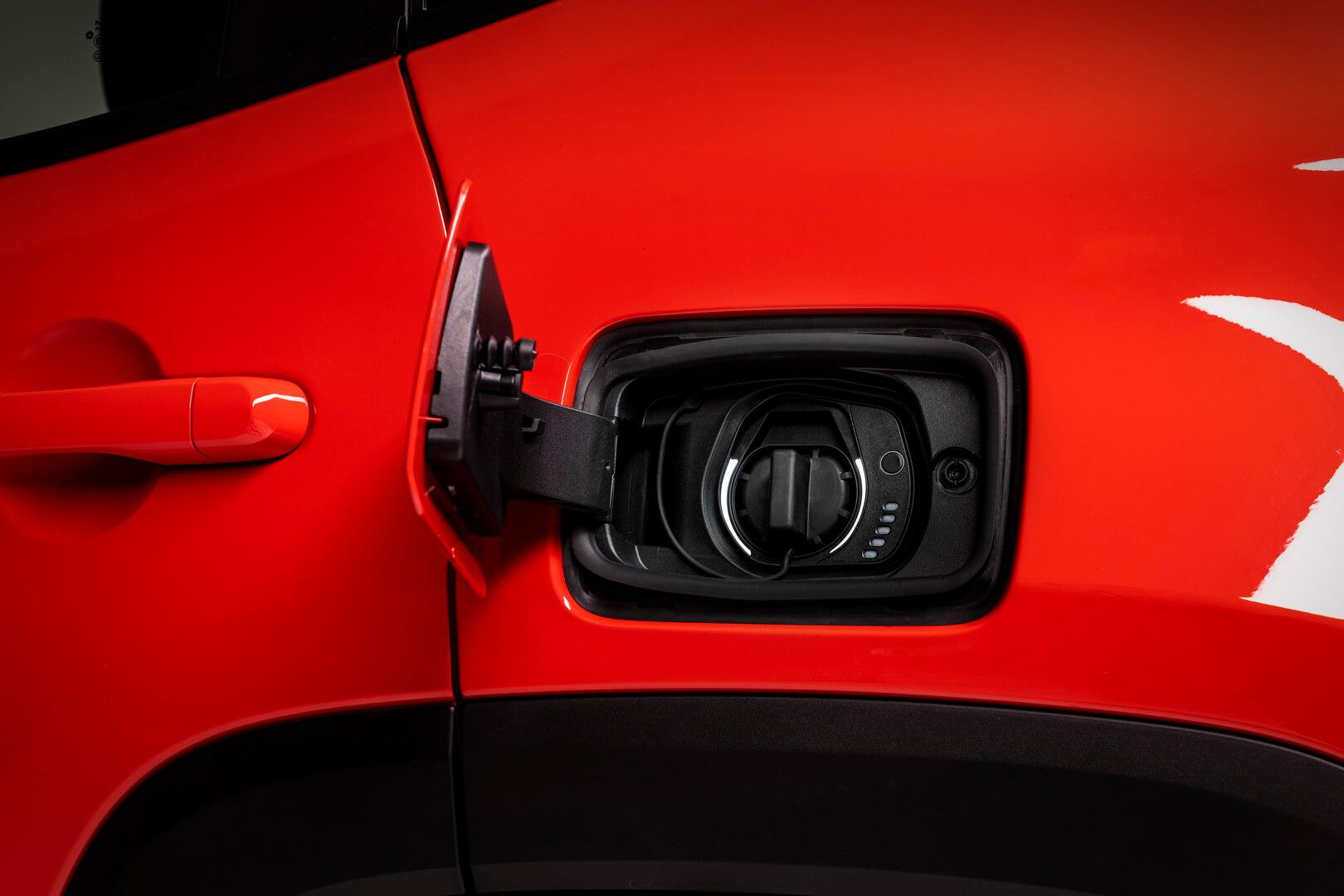 Зарядный порт плагин-гибрида Jeep Renegade