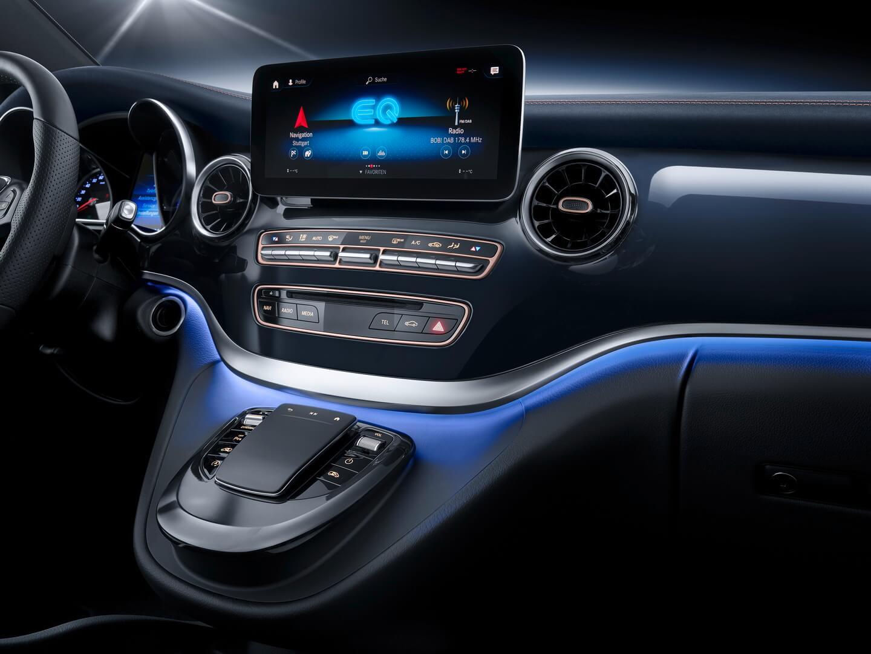 Центральная консоль с мультимедийной системой в Mercedes EQV