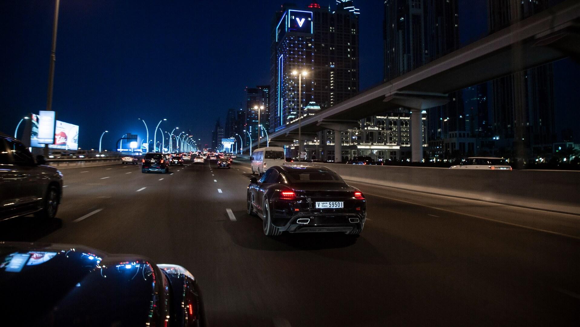 Porsche тестирует Taycan Дубае