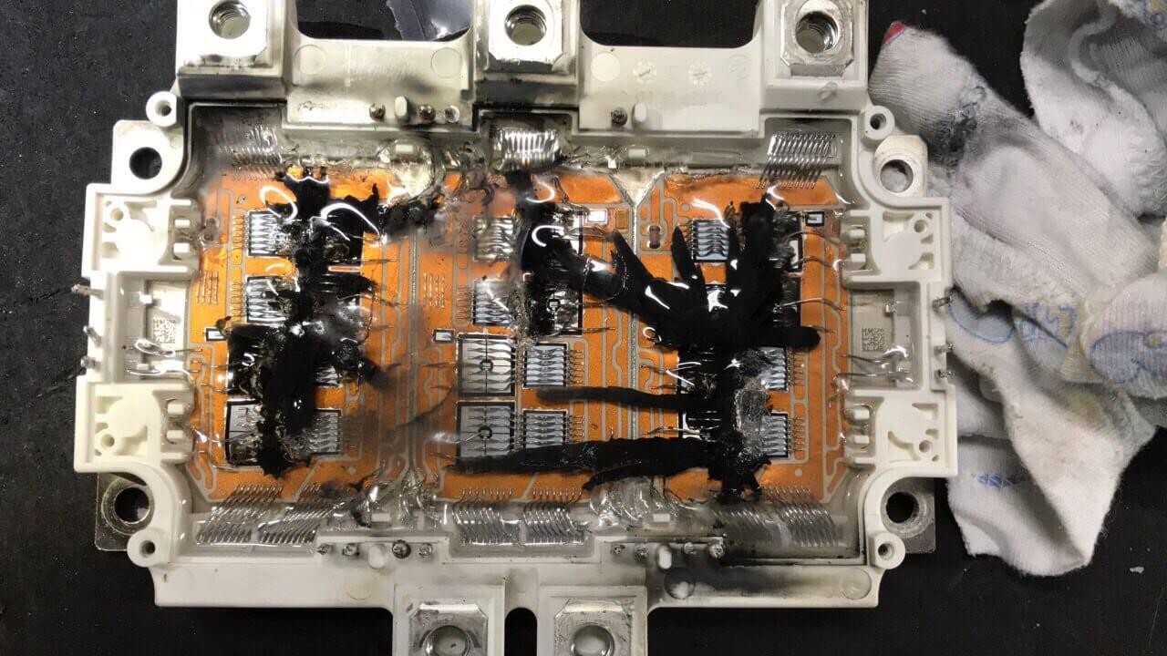 Поврежденная скачком напряжения часть электрического преобразователя Renault Zoe