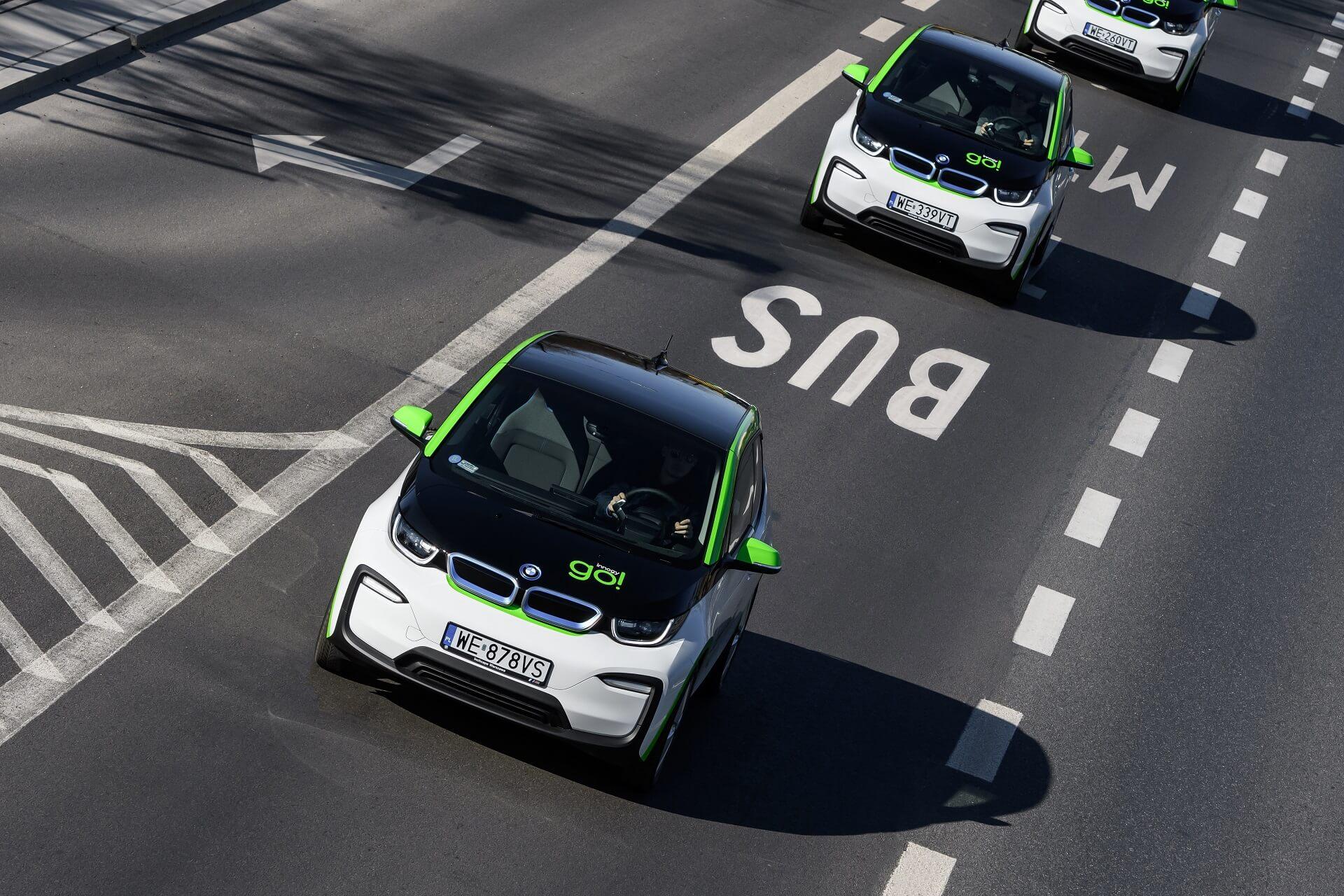 На электромобилях доступна возможность пользоваться автобусными полосами ибесплатной парковкой