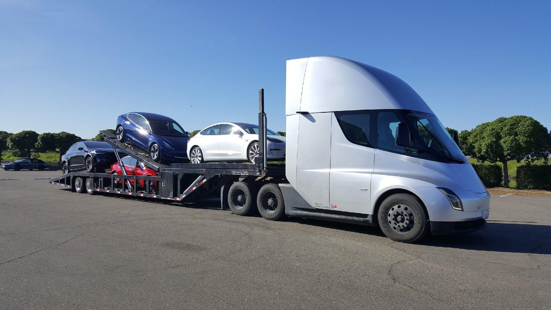 Tesla использует электрический грузовик для доставки электромобилей