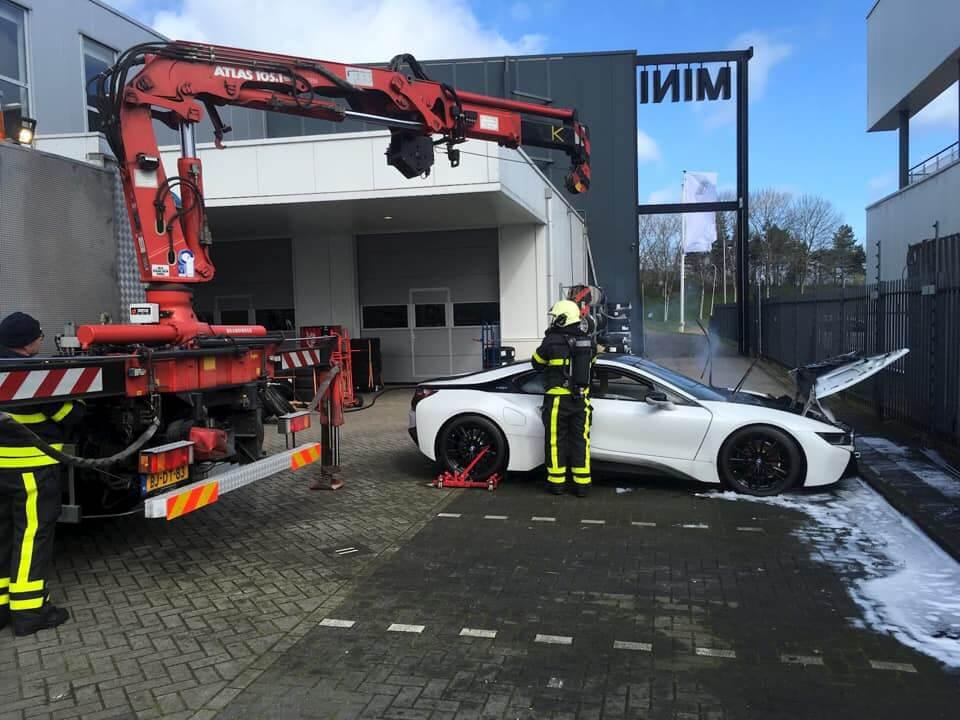 Оригинальный способ тушить гибриды показали пожарные Нидерландов