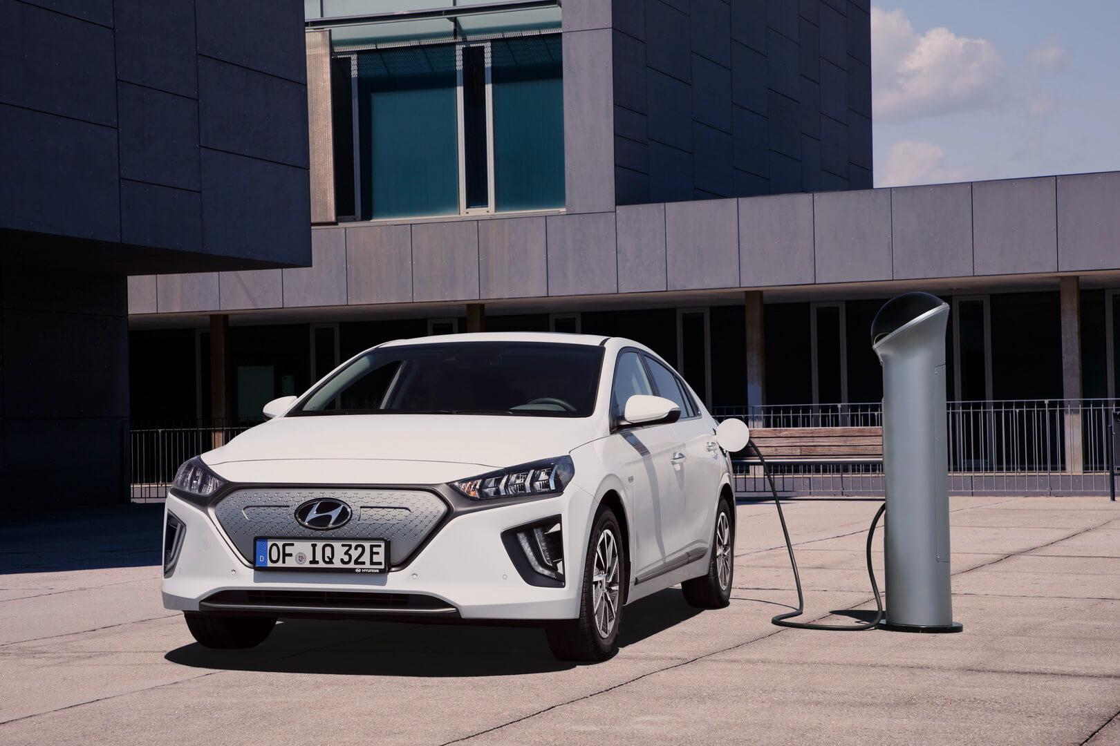 Hyundai IONIQ Electric 2019 на зарядке