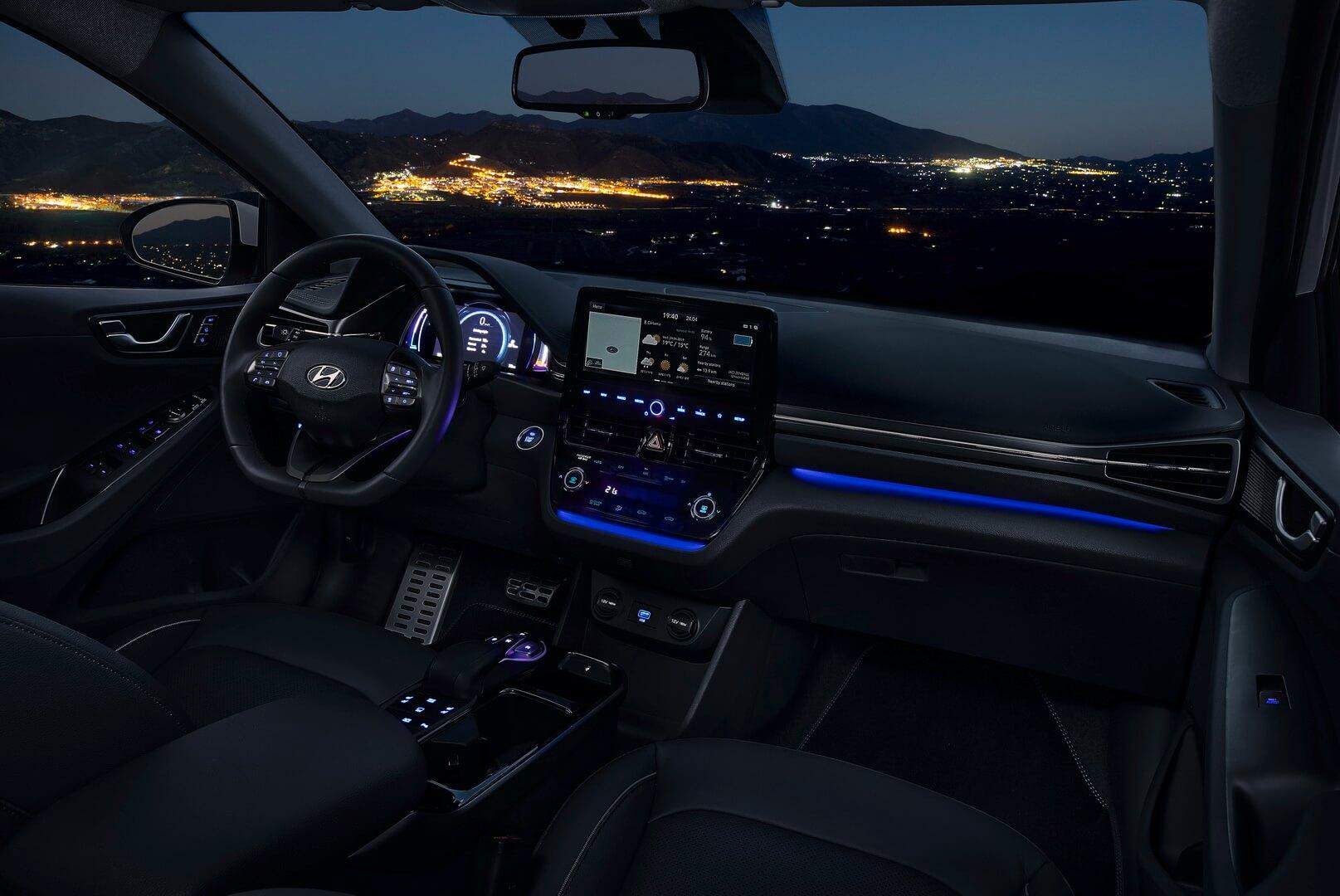 Синее окружающее освещение салона IONIQ Electric 2019