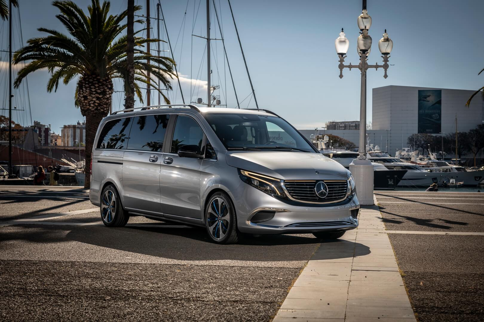 Mercedes-Benz презентовал премиальный электрофургон EQV в порту Барселоны