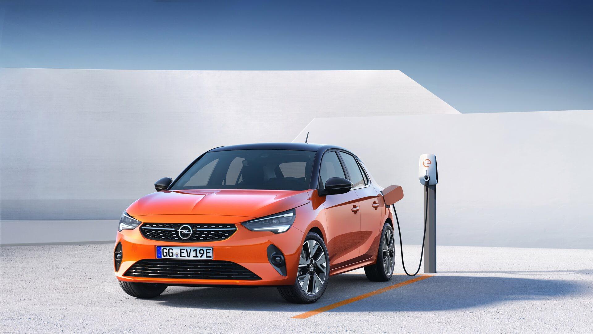 Электрическая модель Opel Corsa-e на зарядке