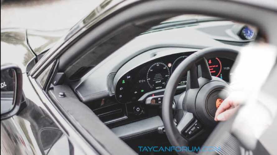 Шпионские фото рассекретили интерьер электрического Porsche Taycan