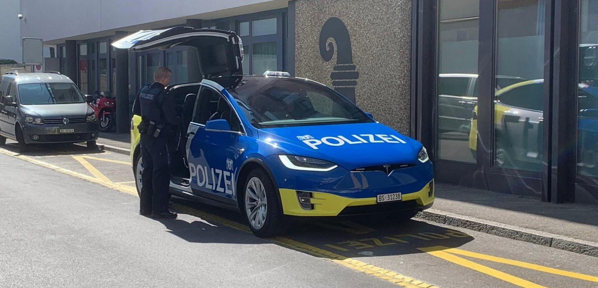 Полицейская Tesla Model X100D