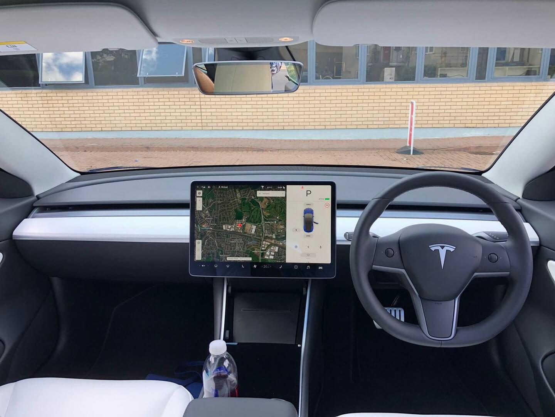 Праворульная Tesla Model 3 в Великобритании