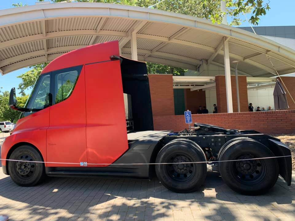 Электрический грузовик Tesla Semi - фото 3