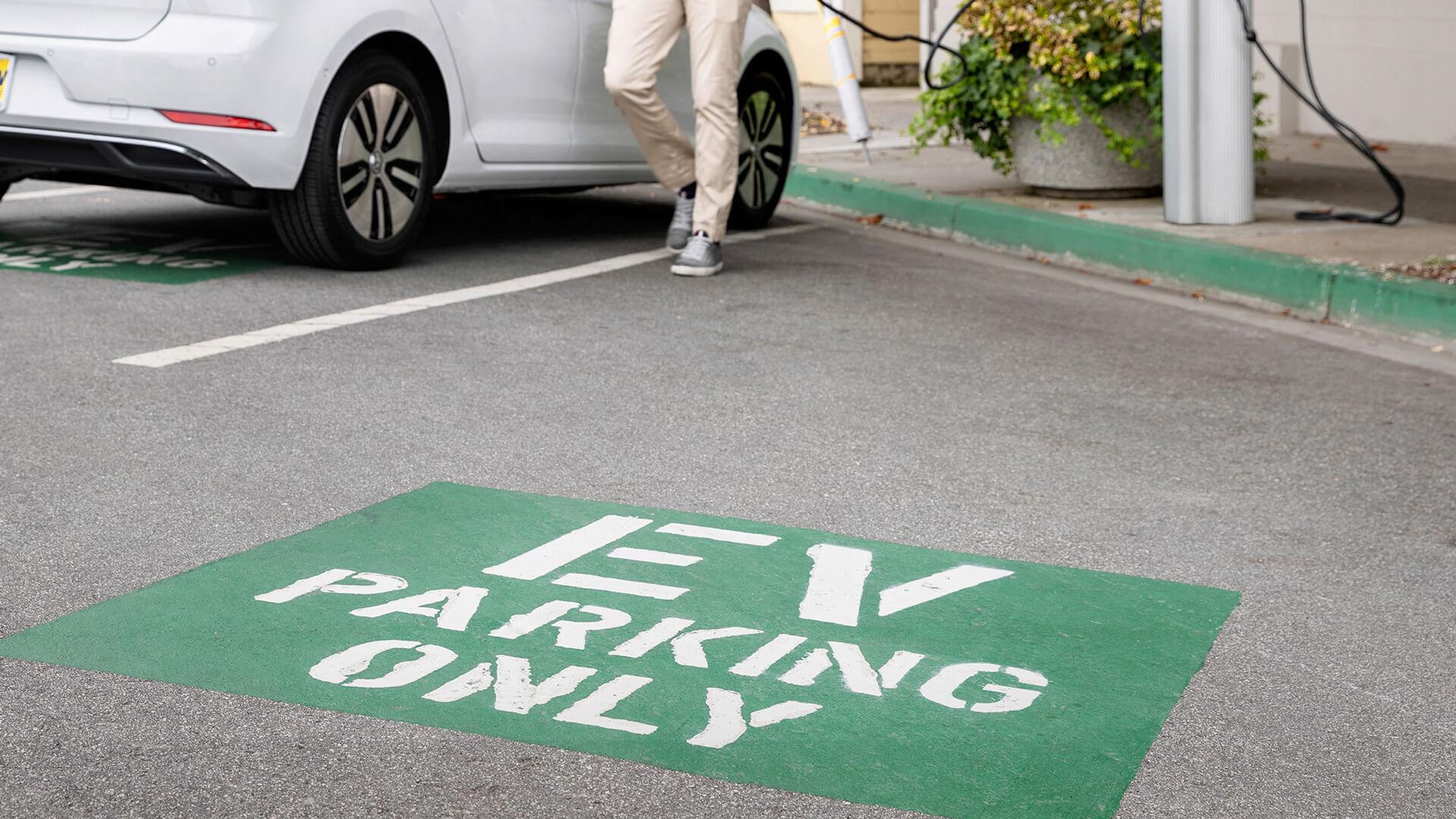 Украинский парламент ввел ответственность за парковку на местах для электрокаров