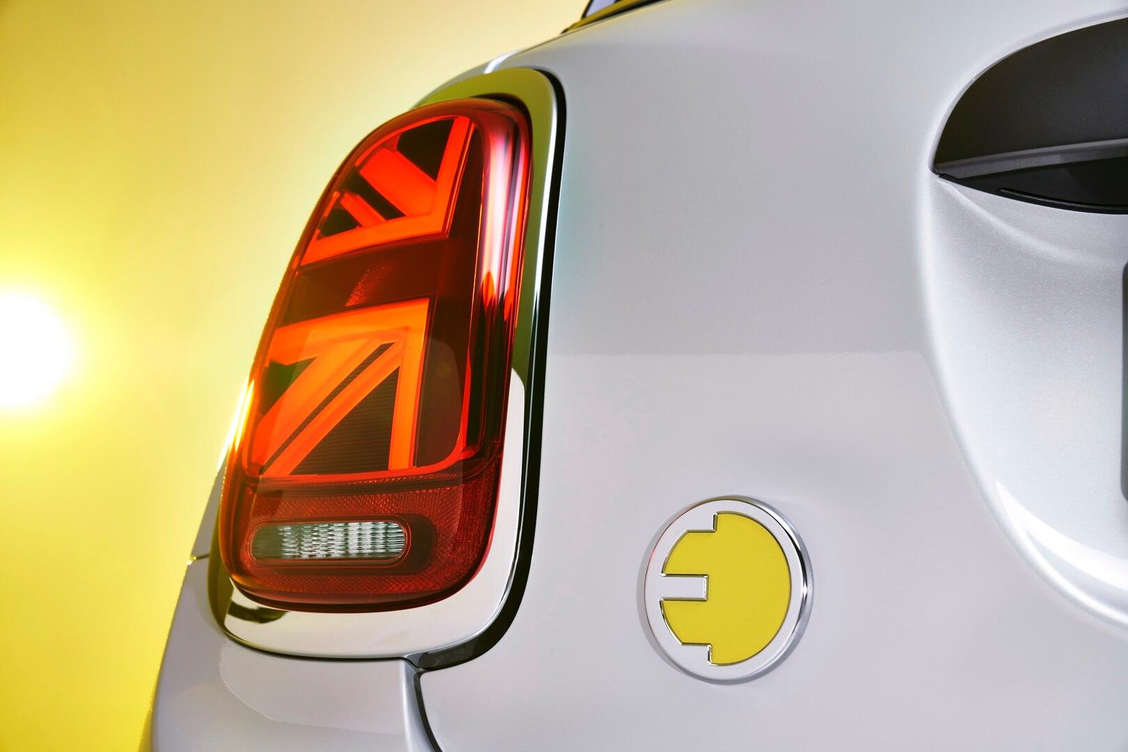 Шильдик, указывающий на электрическую природу автомобиля MINI Cooper