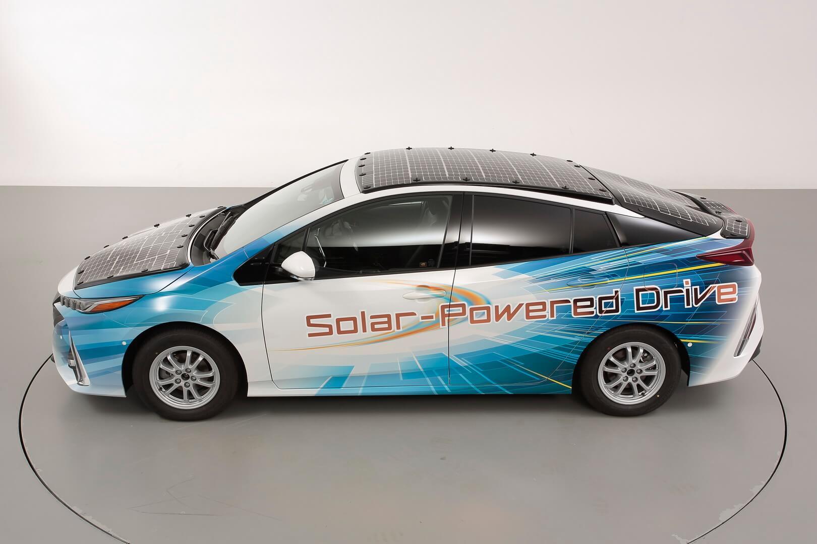 Toyota Prius PHEV с панелью солнечных батарей