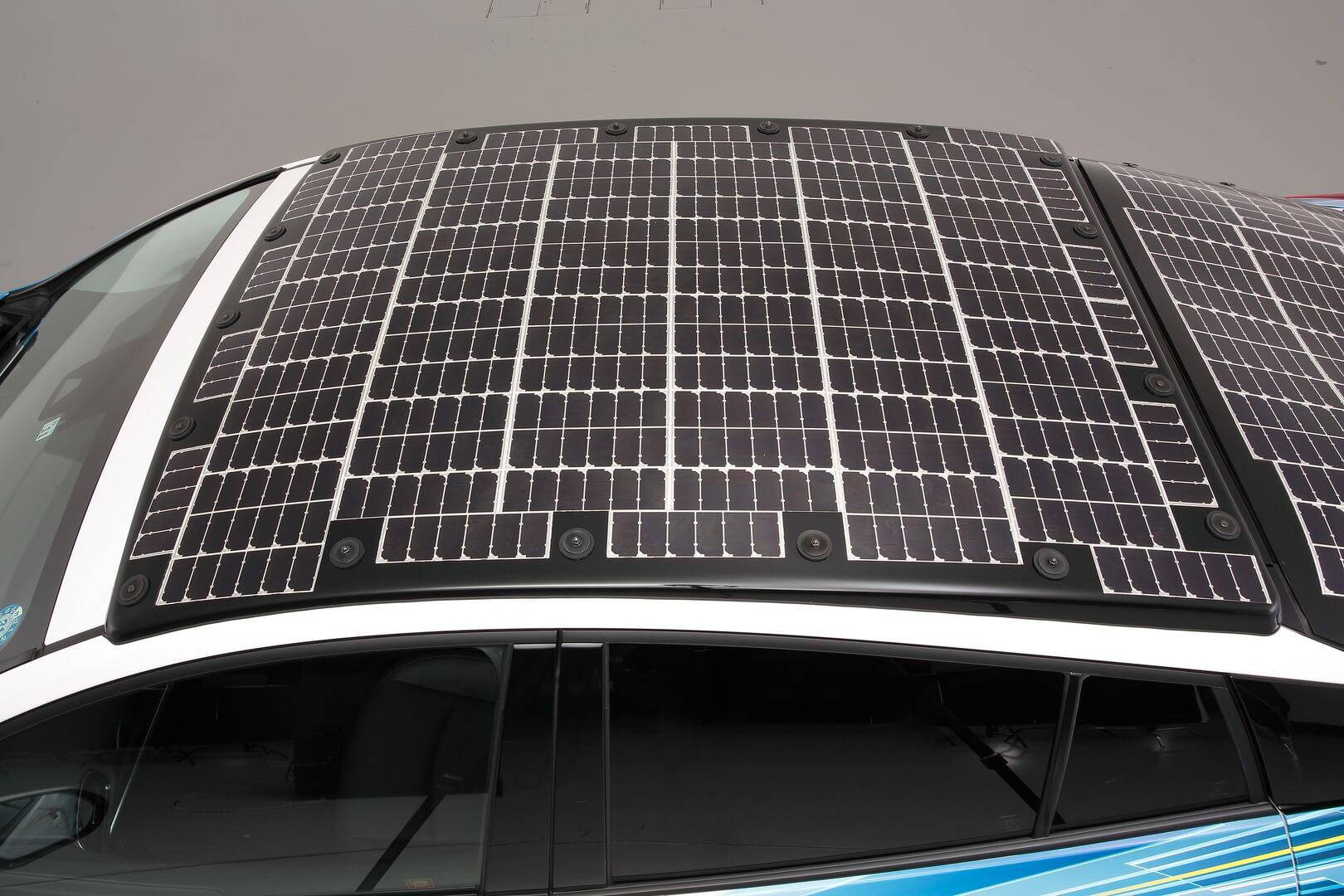 Плагин- гибрид Toyota Prius с панелью солнечных батарей на крыше
