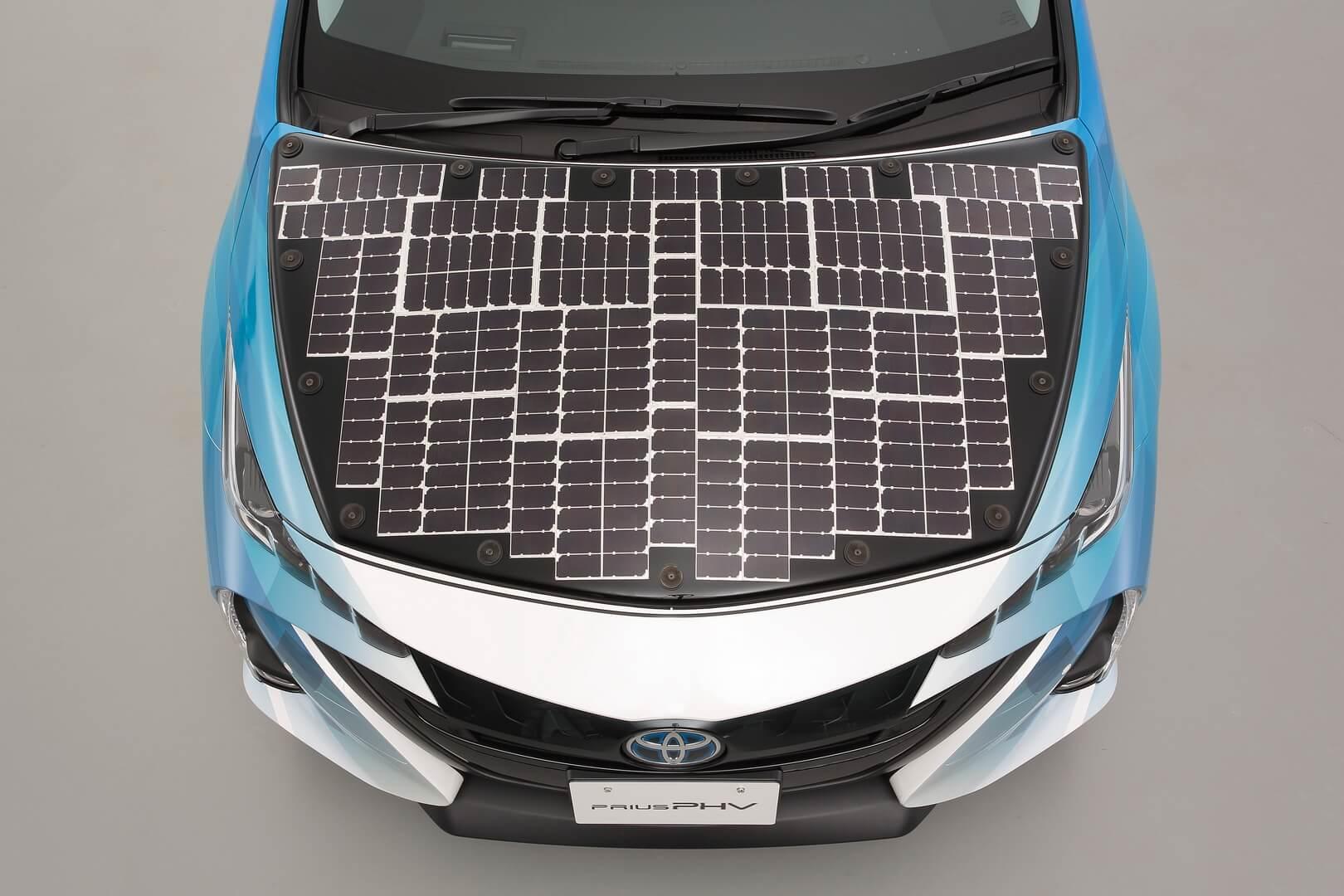 Toyota Prius PHV с панелью солнечных батарей на капоте