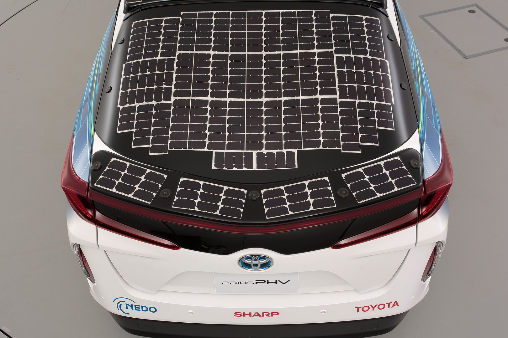 Toyota Prius PHV с панелью солнечных батарей на задней двери