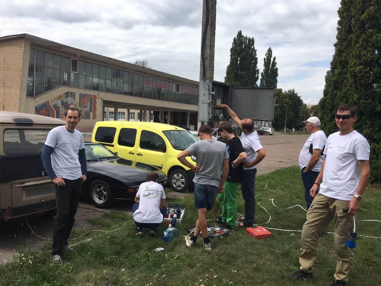 Зарядка электромобилей участников пробега в Кролевце