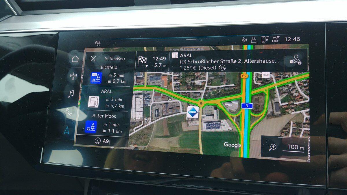Audi e-tron quattro начала показывать ближайшие топливные АЗС