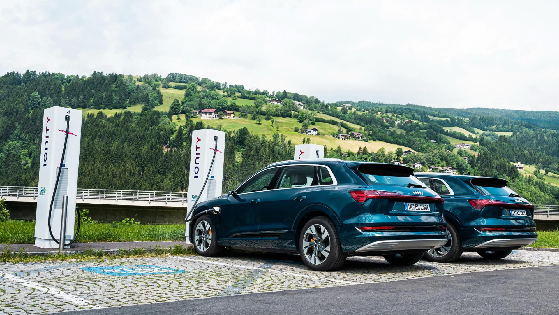 Электрокроссоверы Audi e-tron quattro на зарядке в сети IONITY