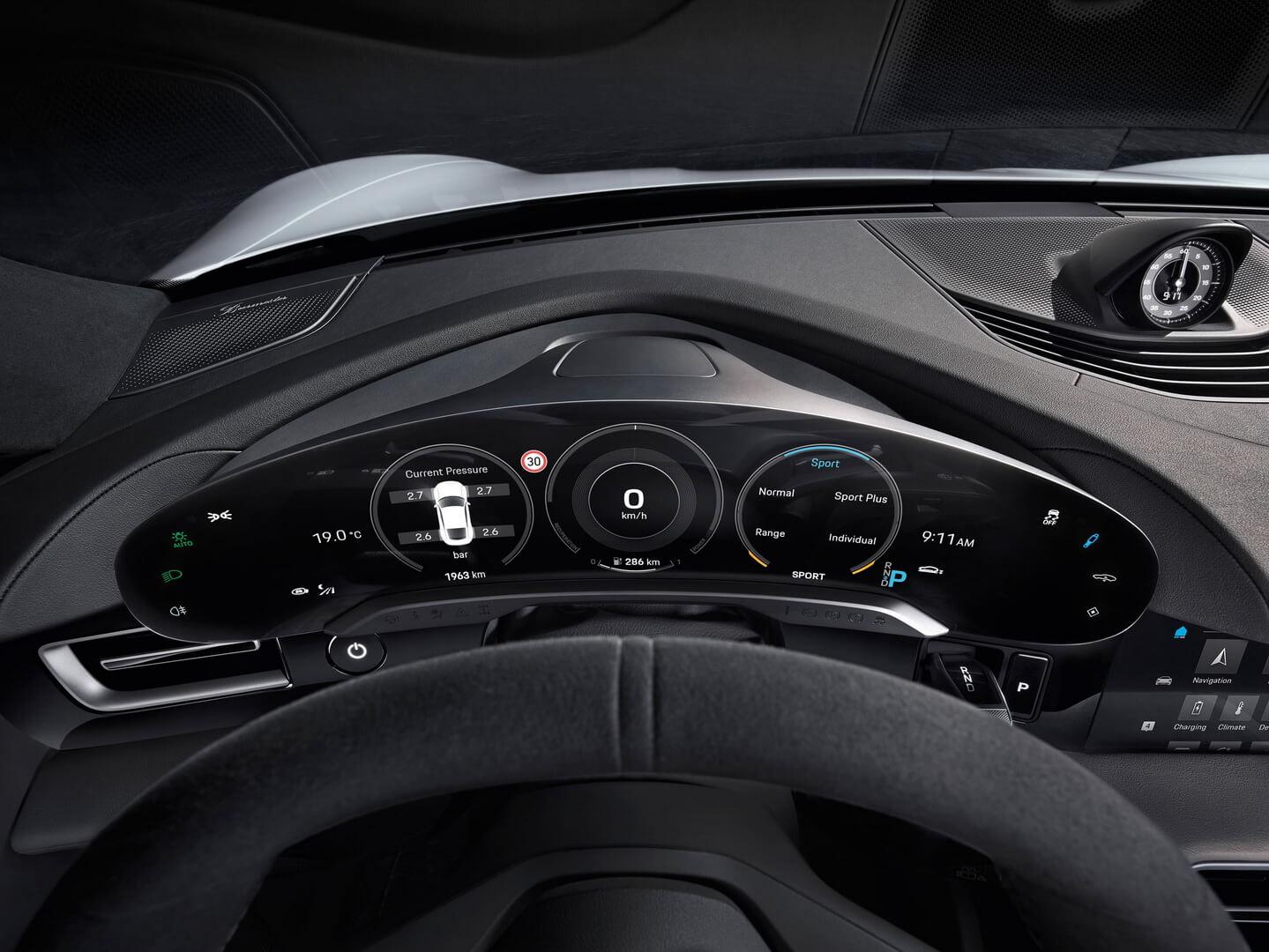 Панель приборов будущего электромобиля Porsche Taycan