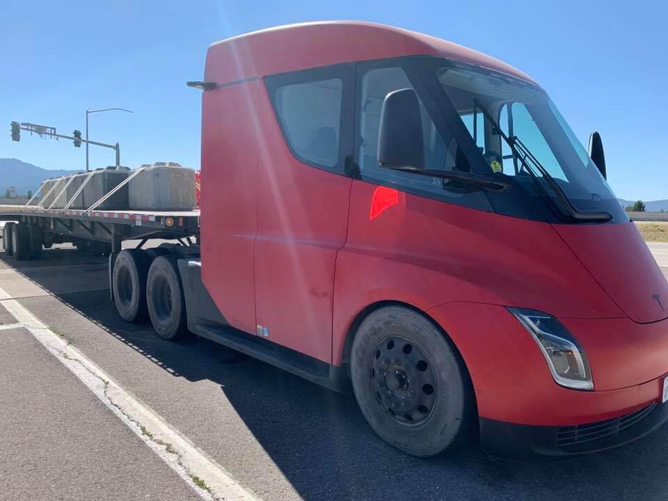 Тестирование электрического грузовика Tesla Semi с полной нагрузкой