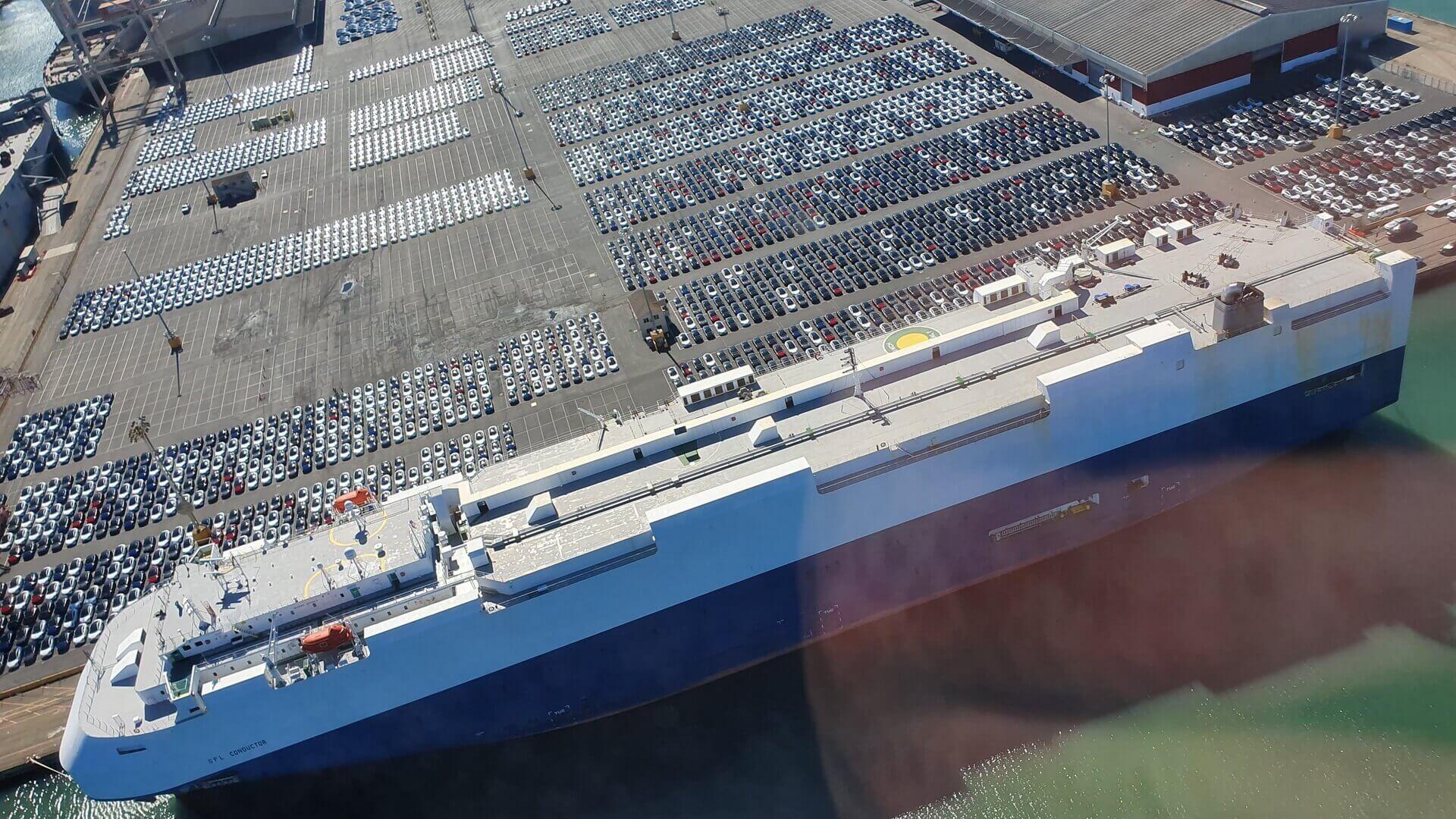 Партия из 3 680 праворульных Tesla Model 3 ожидает погрузки на корабль в порту Сан-Франциско