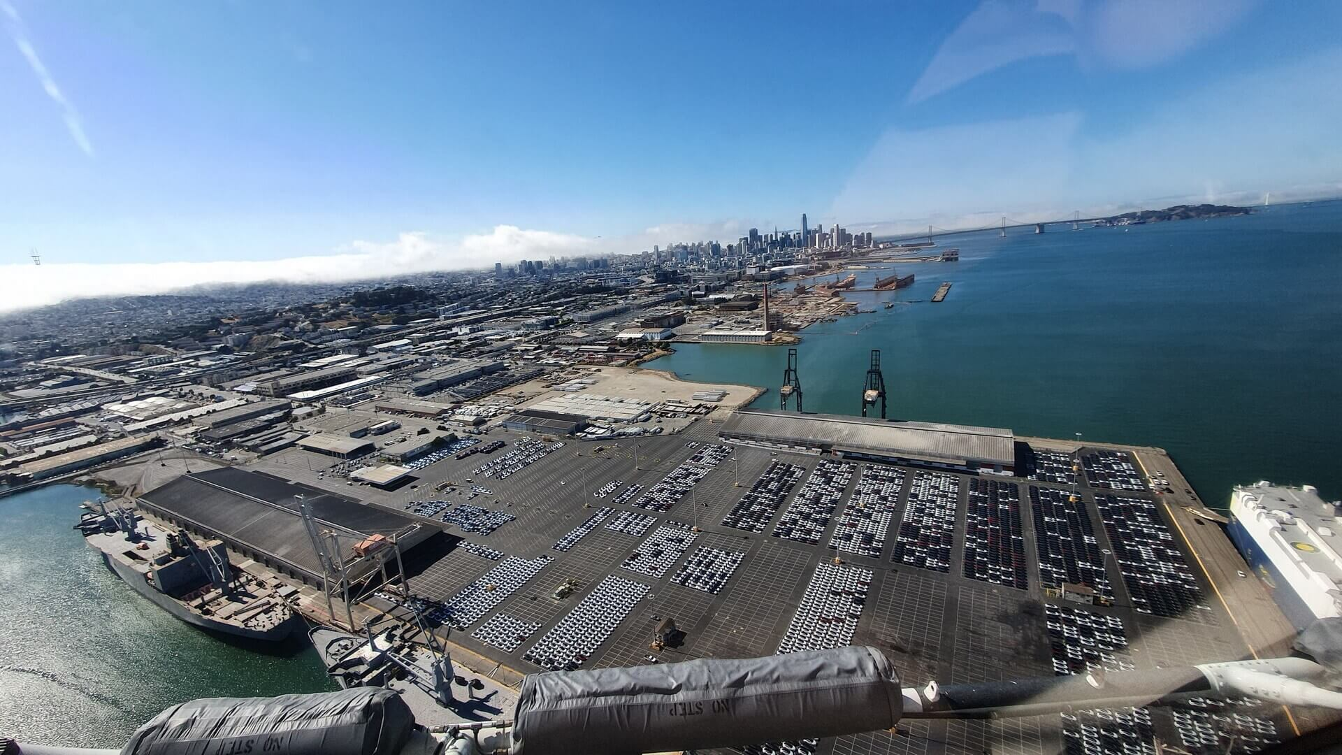 Партия из Tesla Model 3 RHD ожидает погрузки на корабль в порту Сан-Франциско