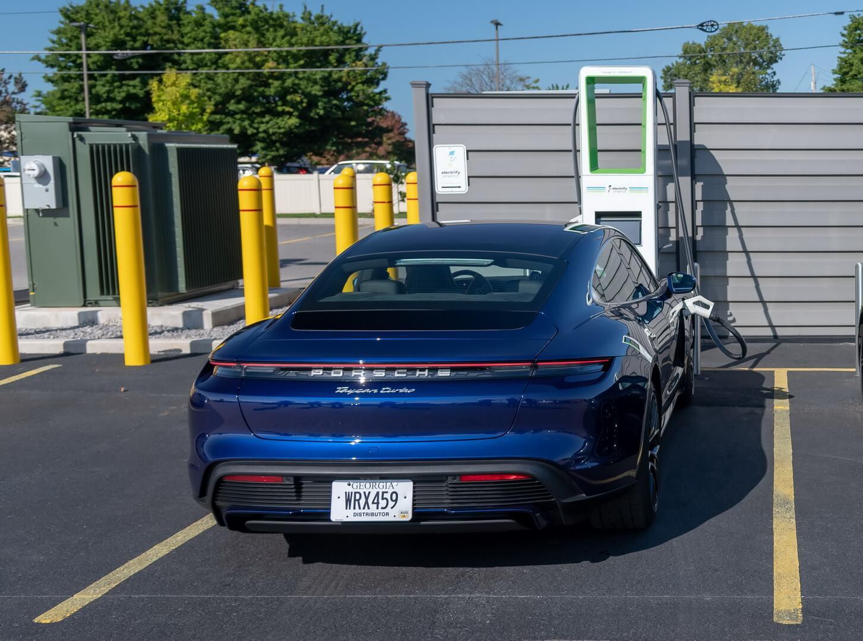Первая зарядка 800-вольтовой аккумуляторной батареи Porsche Taycan мощностью 270 кВт