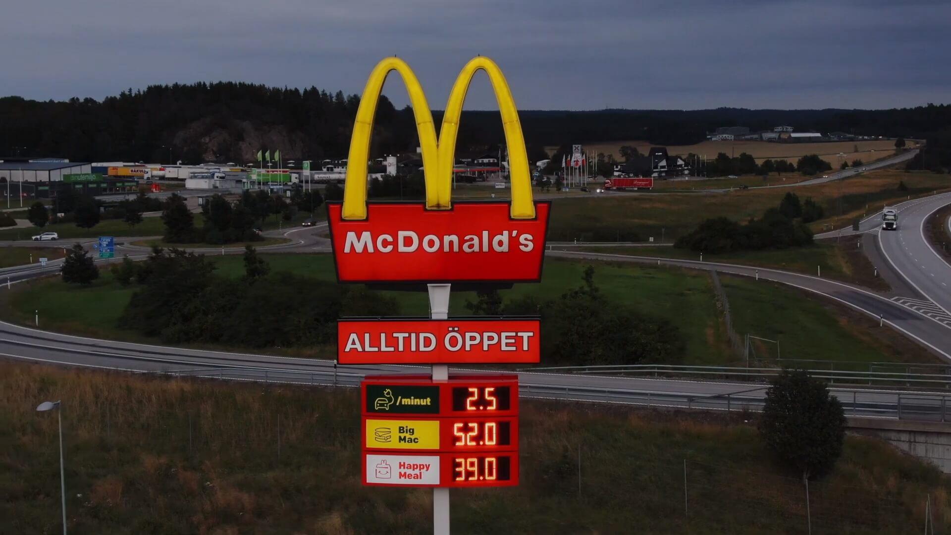Указатель McDonald's показывает текущую стоимость зарядки, а также цену на Big Mac и Happy Meal