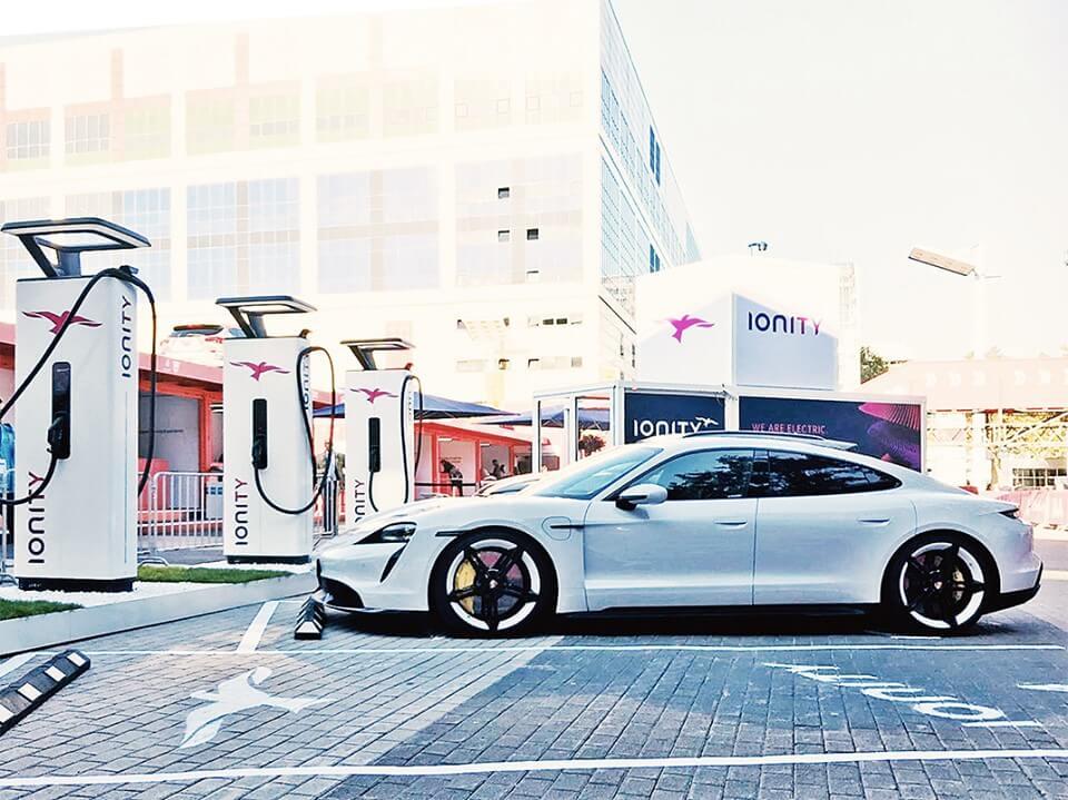 Серийная версия Porsche Taycan на зарядной станции IONITY