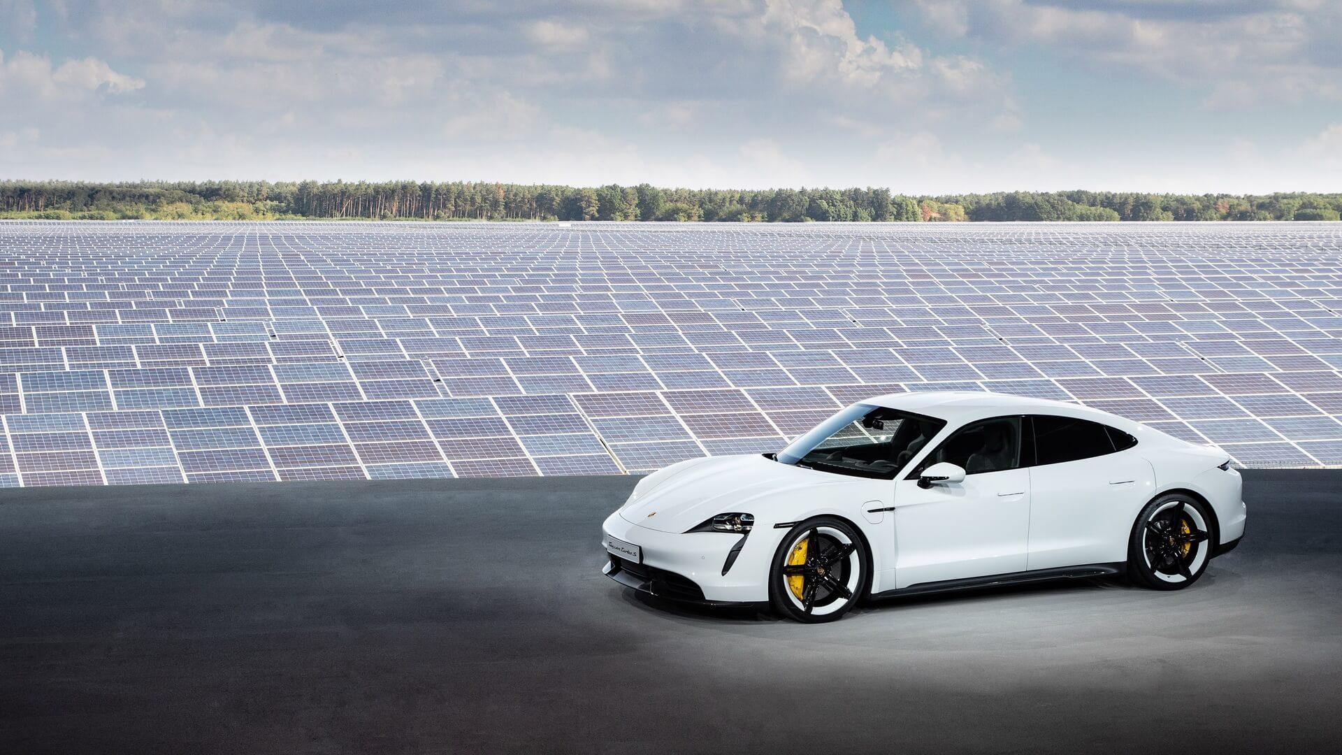 Porsche представил серийную версию спортивного электромобиля Taycan