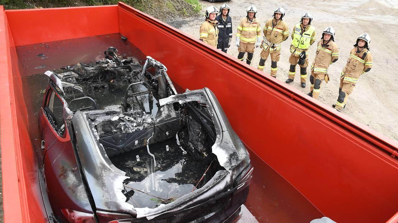 Контейнер с 11 тоннами воды использовали для тушения Model S в Австрии