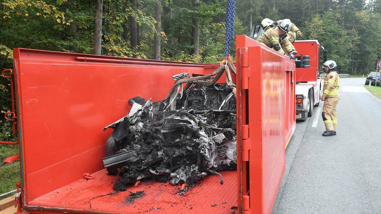 Австрийские пожарные «утопили» горящий Model Sвспециальном контейнере