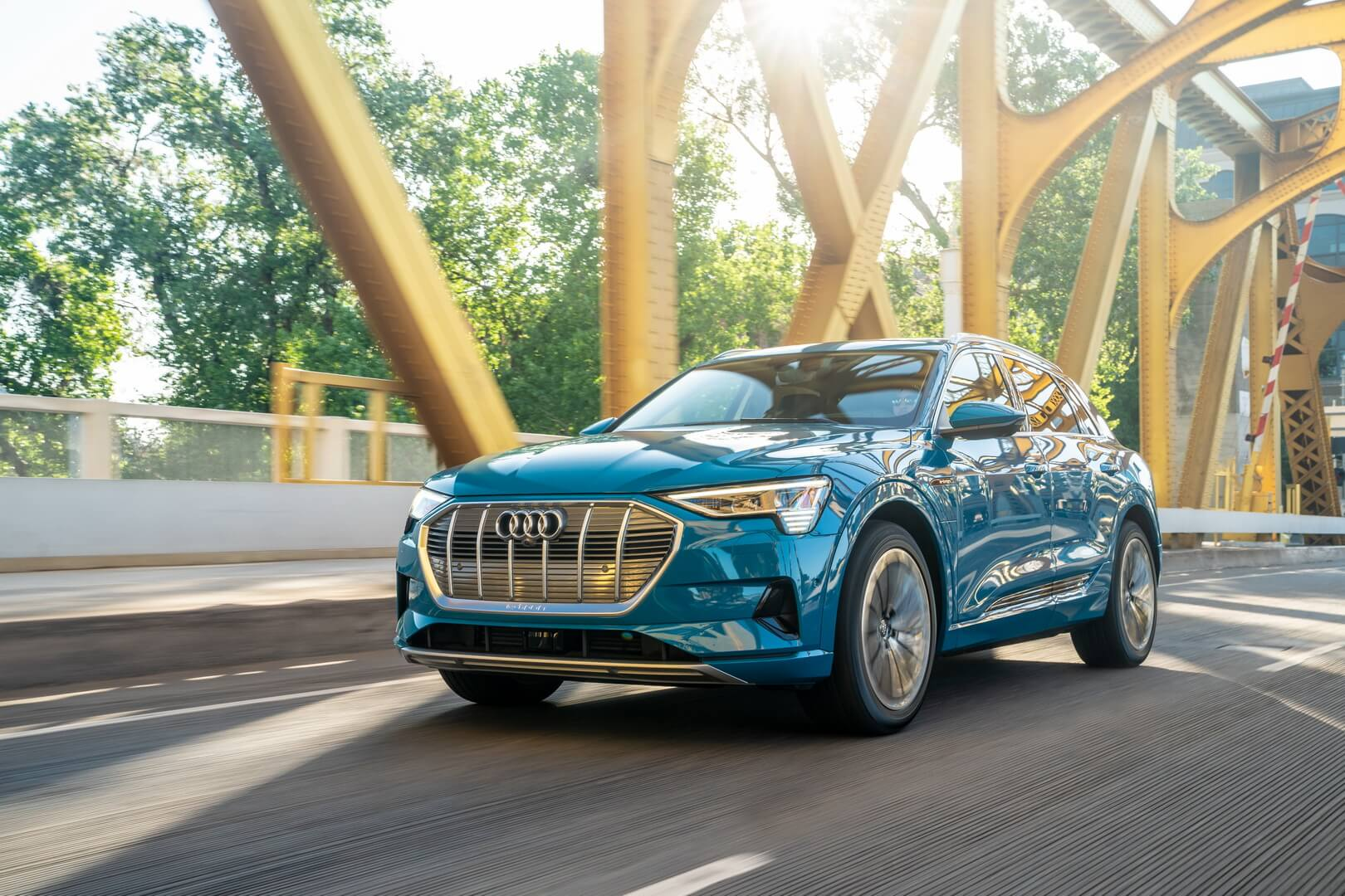 Серийно выпускаемый первый электромобиль компании Audi e-tron quattro